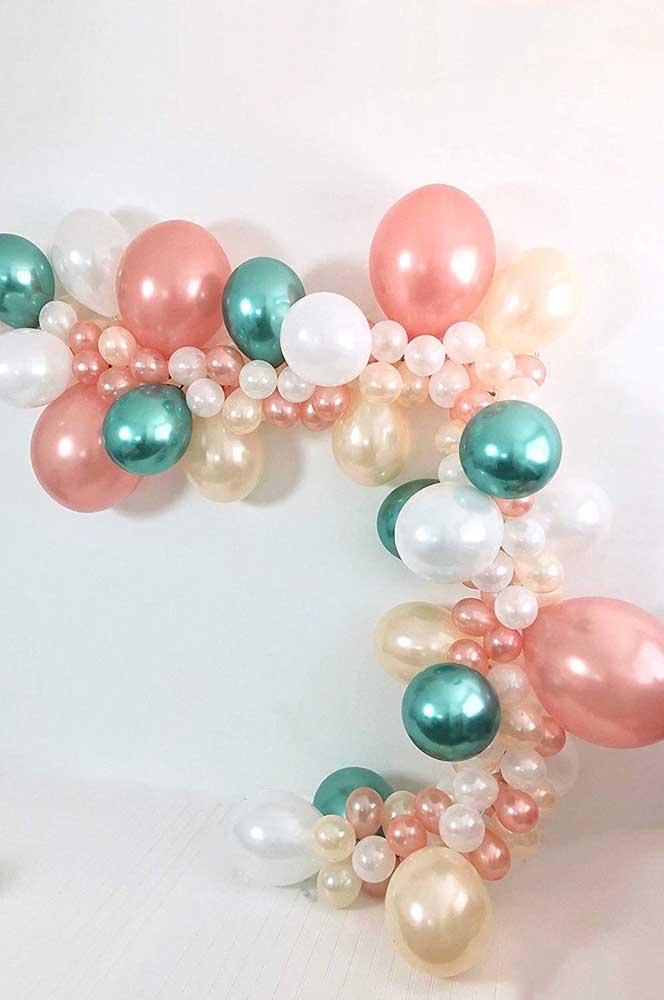 Mais uma inspiração de arco desconstruído com balões metalizados e transparentes, lembrando, inclusive, um colar de pérolas