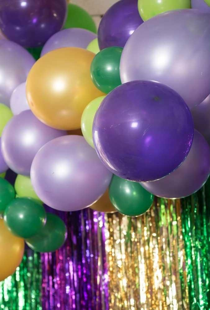 Na decoração de carnaval use e abuse de elementos coloridos como balões e fitas para dar mais vida à festa.