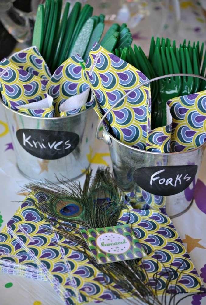 Quer algo mais criativo para expôr os talheres na festa? Pegue vasos metálicos, identifique cada um e coloque os talheres dentro.