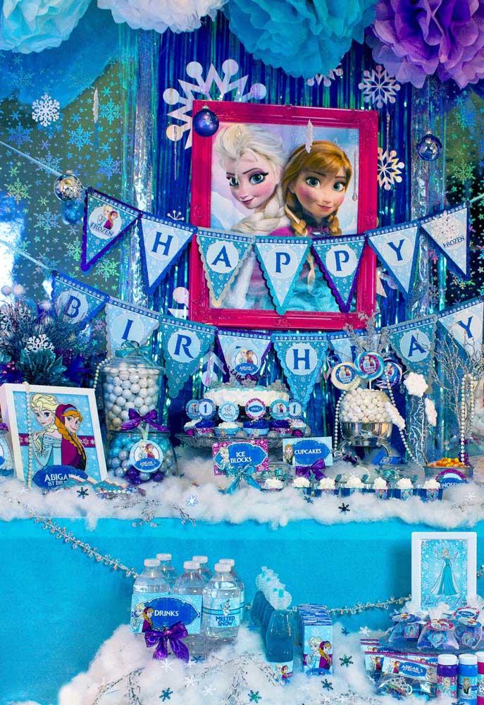 Inspiração de mesa de bolo para Festa Frozen. Muito azul, lilás e prata para caracterizar o tema