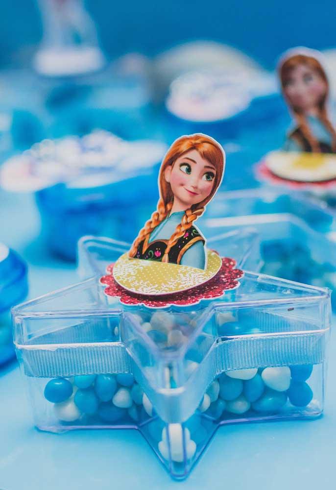 Lembrancinha da Festa Frozen. A caixinha em formato de estrela ganhou balinhas e um totem da personagem Ana para decorar