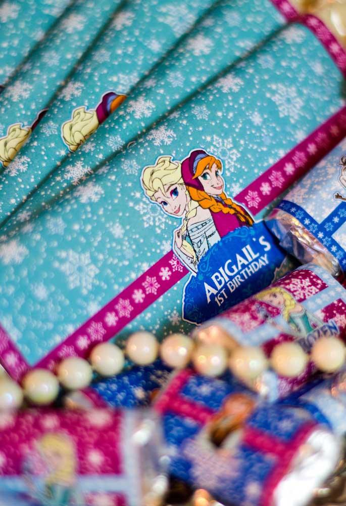 Lembrancinha personalizada para Festa Frozen. As protagonistas do filme ganham todo o destaque aqui.