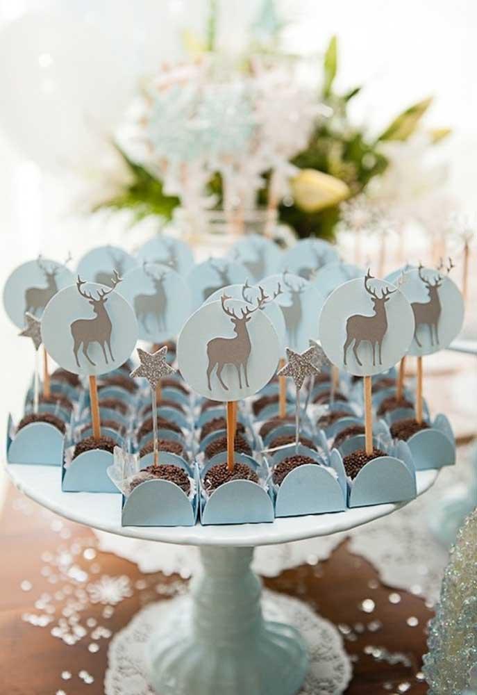 """Tem brigadeiro na festa Frozen sim! E aqui eles ganharam forminhas azuis e totens de alce para entrar no clima """"gelado"""" do tema."""