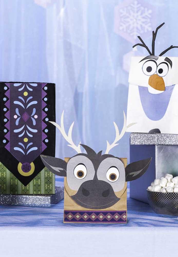 Sacolinhas com os símbolos e personagens do filme Frozen. Uma boa opção de lembrancinha