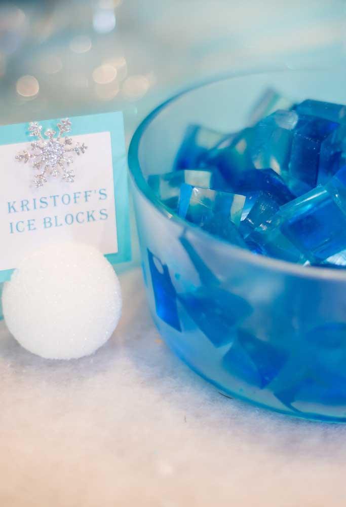 Que tal oferecer blocos de gelo para os personagens? Só que o gelo aqui é, na verdade, gelatina azul cortada em cubos.