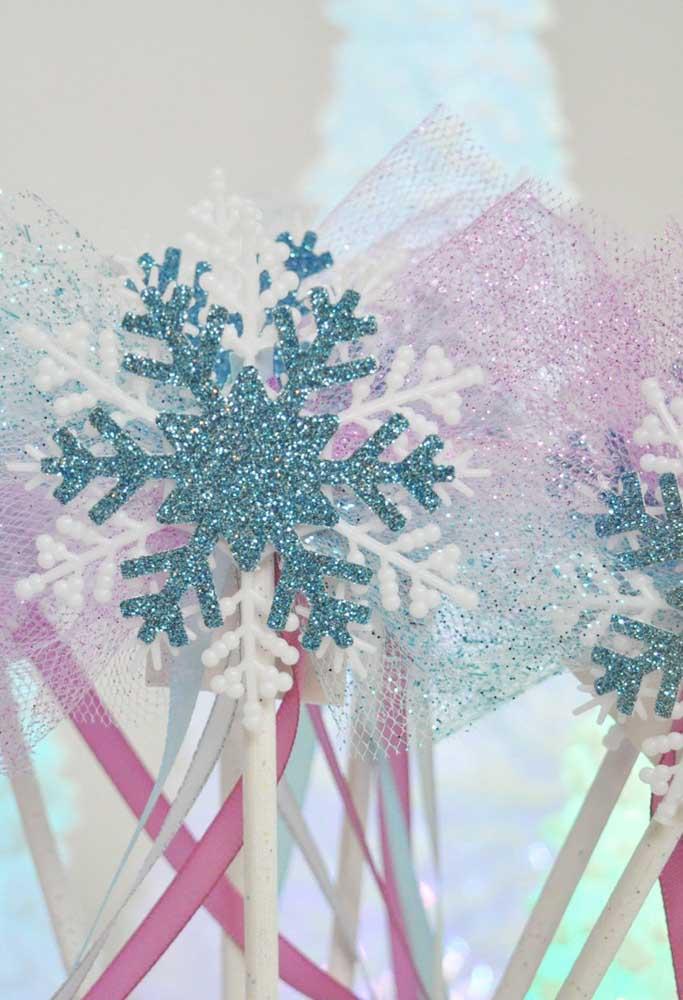 Os flocos de neve não podem faltar na decoração da festa Frozen.