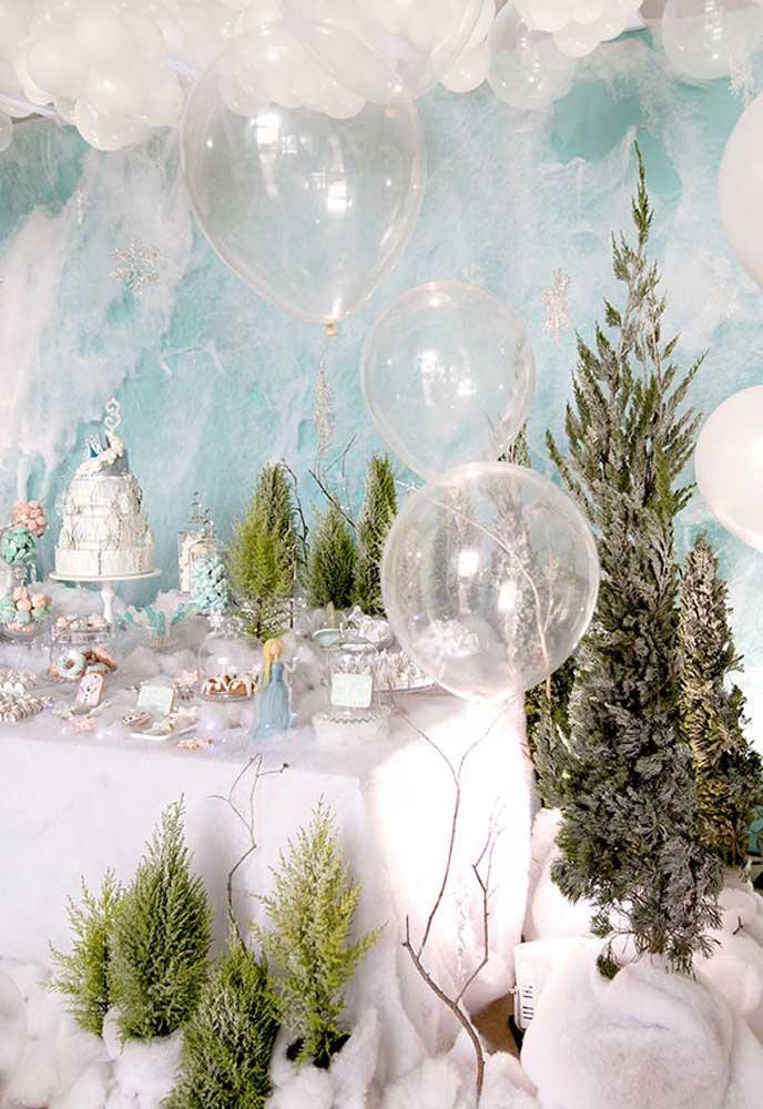 Aqui, o clima frio do filme Frozen foi reproduzido com a ajuda de algodão e manta acrílica. Os pinheirinhos completam a decoração