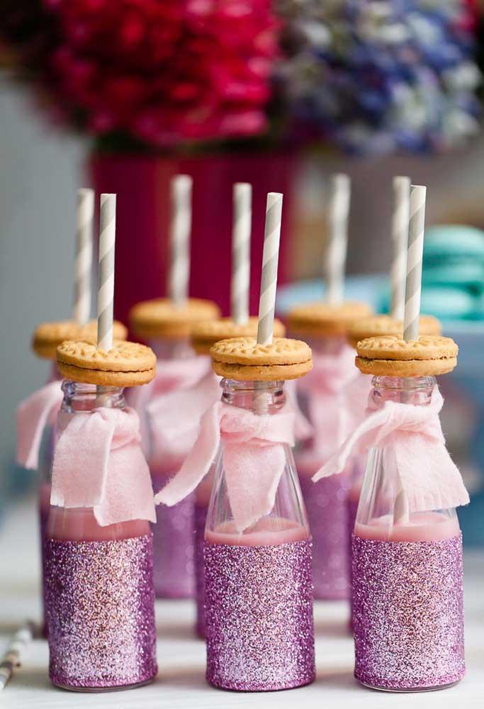 Já aqui a proposta é servir iogurte em garrafinhas personalizadas com o tema Frozen. O biscoitinho é um charme a parte