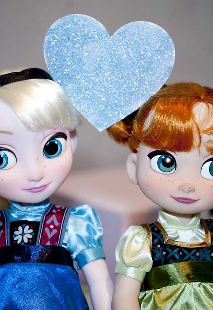 O amor entre as duas irmãs do filme Frozen é o destaque dessa decoração de festa