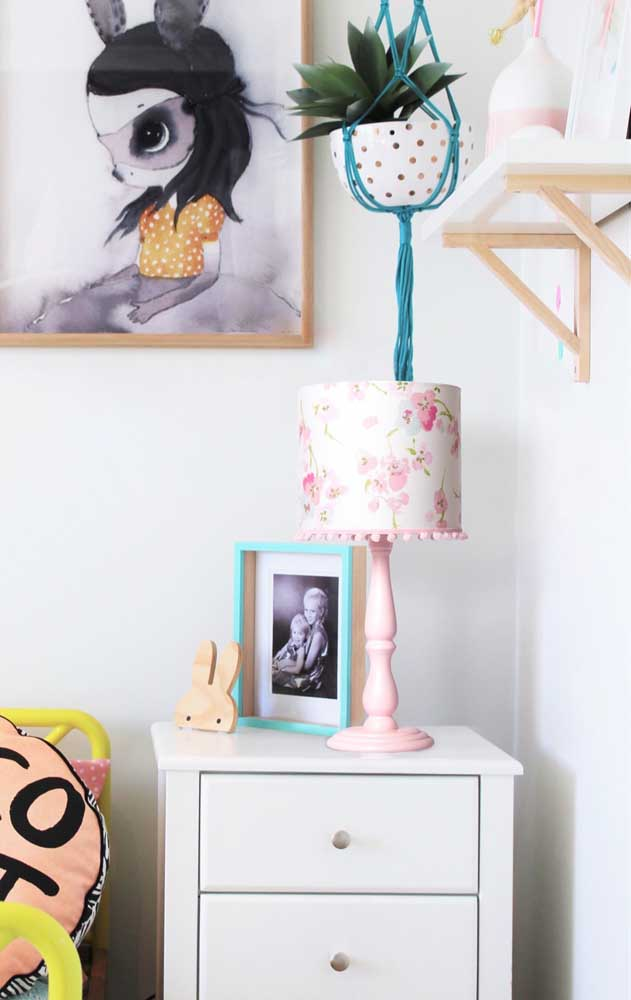 Esse quarto jovem de inspiração oriental traz um abajur com cúpula de tecido estampado com flores de cerejeira