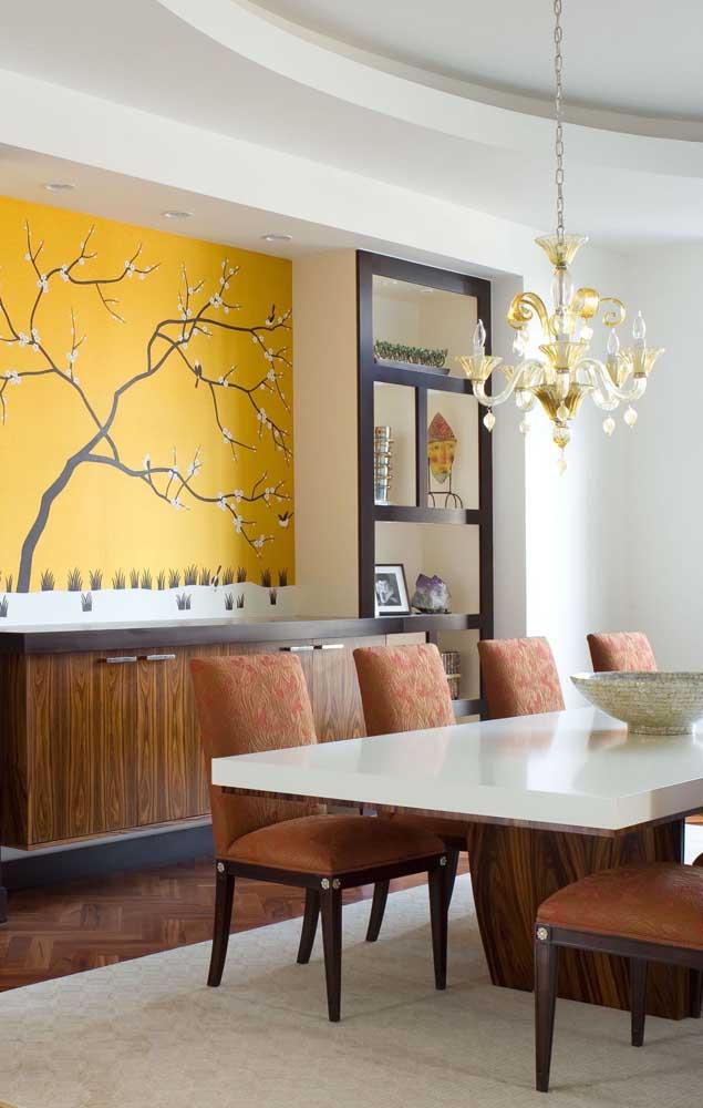 Fora do tom tradicional, essa flor de cerejeira com fundo amarelo enche a sala de jantar de vida e alegria