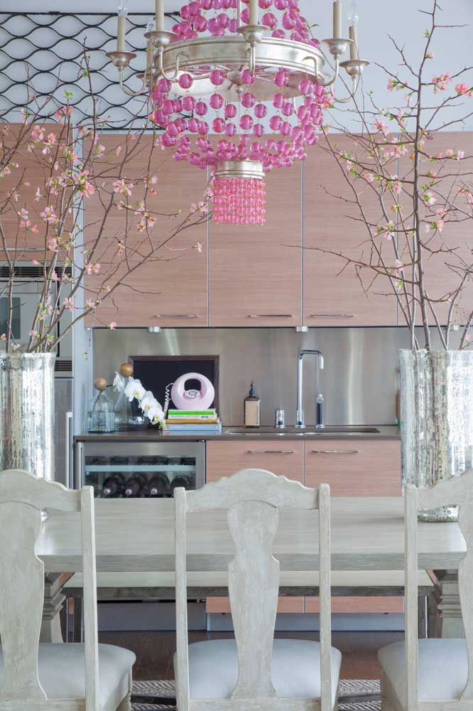 Ramos de cerejeiras decoram essa sala de jantar com muito graça e estilo