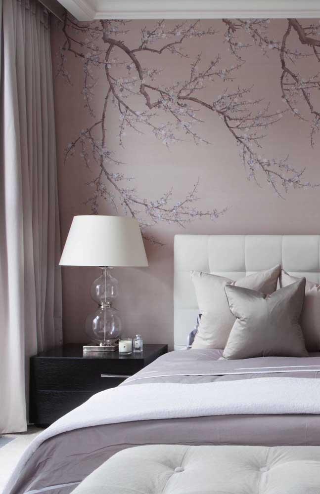 Sóbrio e romântico, esse quarto de casal ganhou um toque super especial com as flores de cerejeira