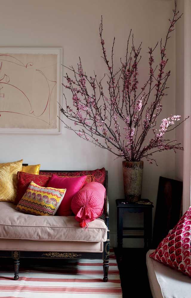 Na sala de estar, as fores de cerejeira são o grande destaque