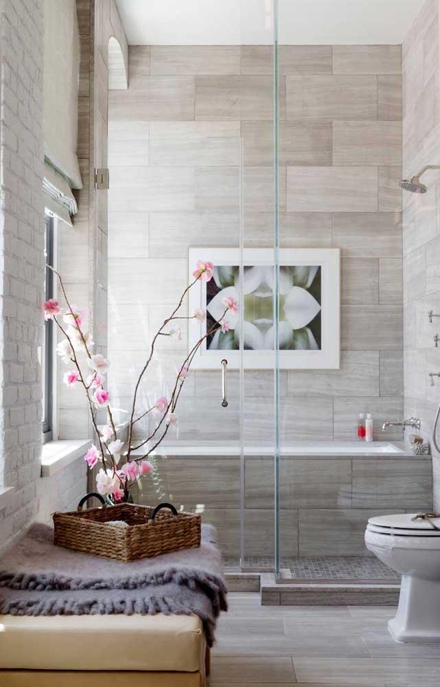 O banheiro fica mais delicado com as pequenas flores de cerejeira
