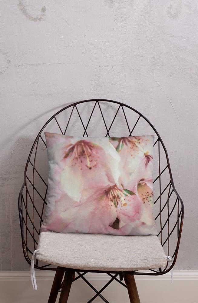 Flores de cerejeira na estampa da almofada
