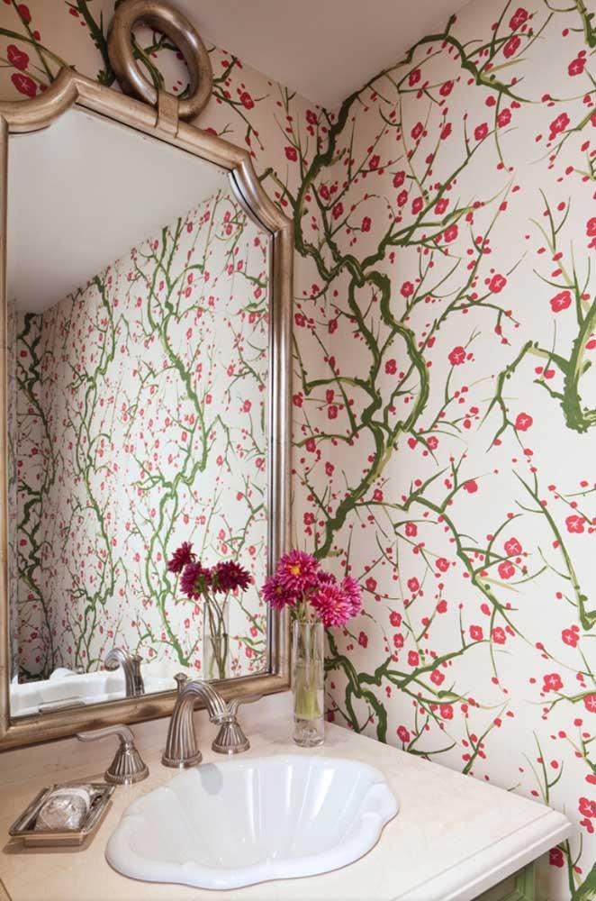 Já nesse lavabo, as flores de cerejeira estampam com charme e alegria as paredes