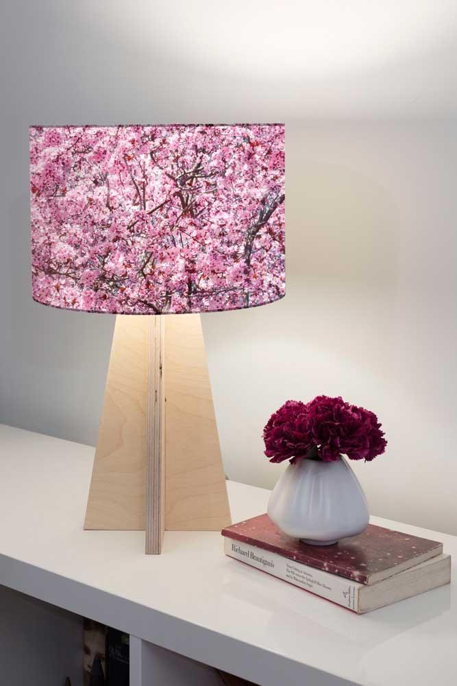 Que charme essa cúpula de abajur com flores de cerejeira