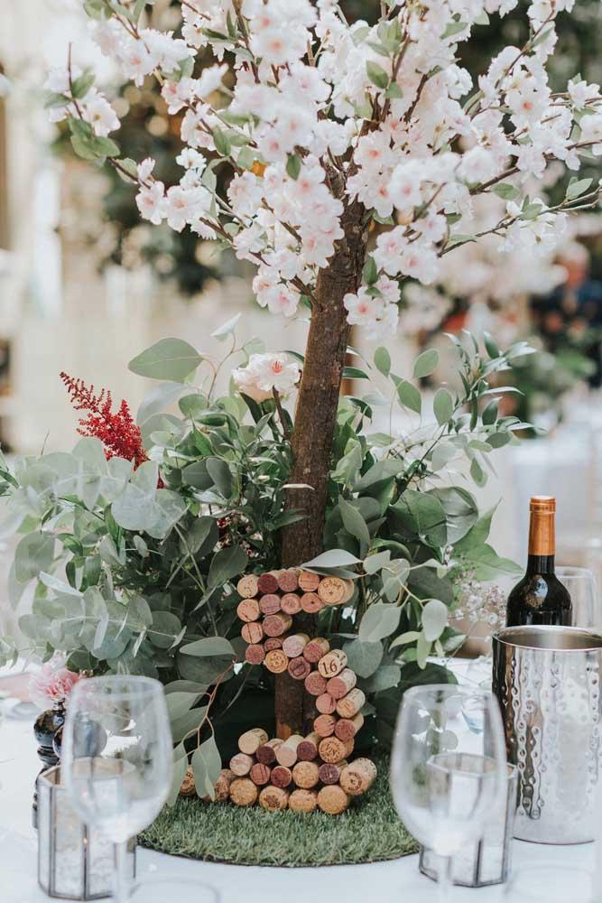 Arranjo de flores de cerejeira para a mesa da festa de casamento