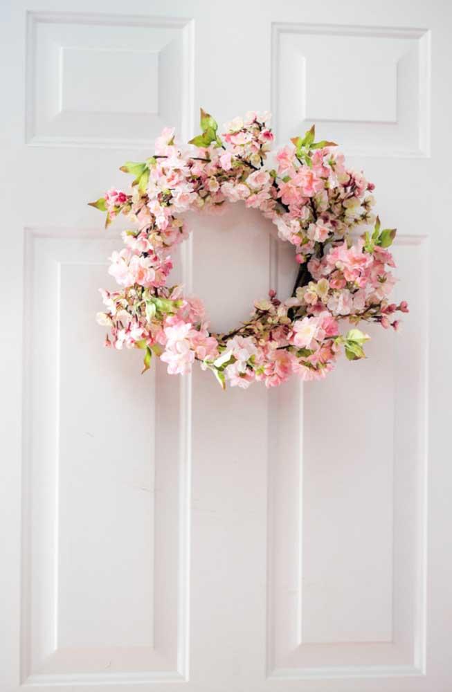 Flores de cerejeira artificial formam essa guirlanda delicada para a porta