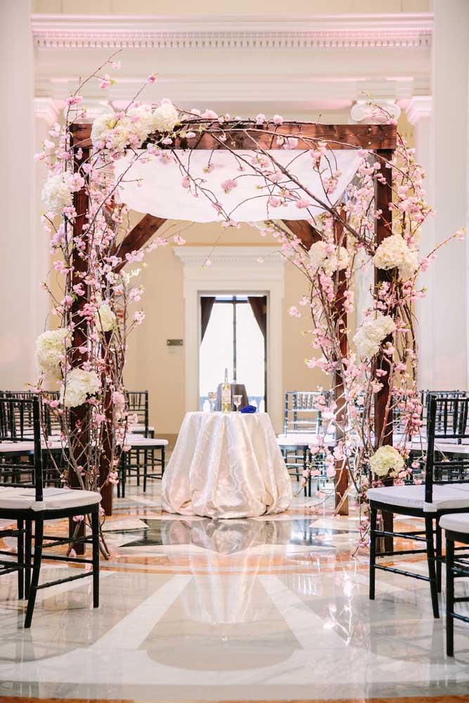 Arco de flores de cerejeira para a cerimônia de casamento