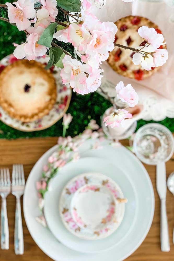 Flores de cerejeira na louça e nos vasos