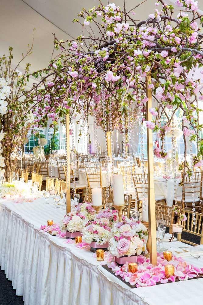 Rosas e flores de cerejeira tornam a decoração dessa festa de casamento um espetáculo de cores e formas