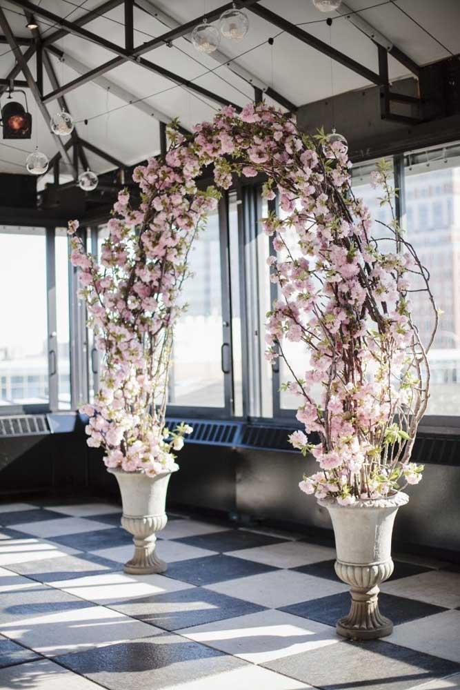 Linda inspiração de arco de flores de cerejeira para festa