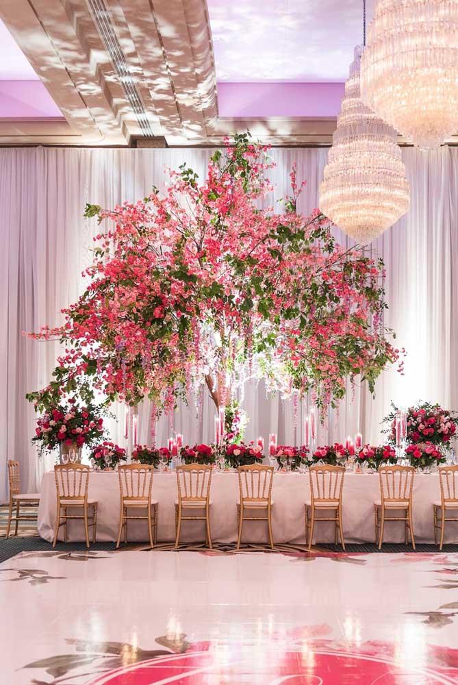 Arranjo nada, aqui nesse casamento foi usada uma árvore em plena floração