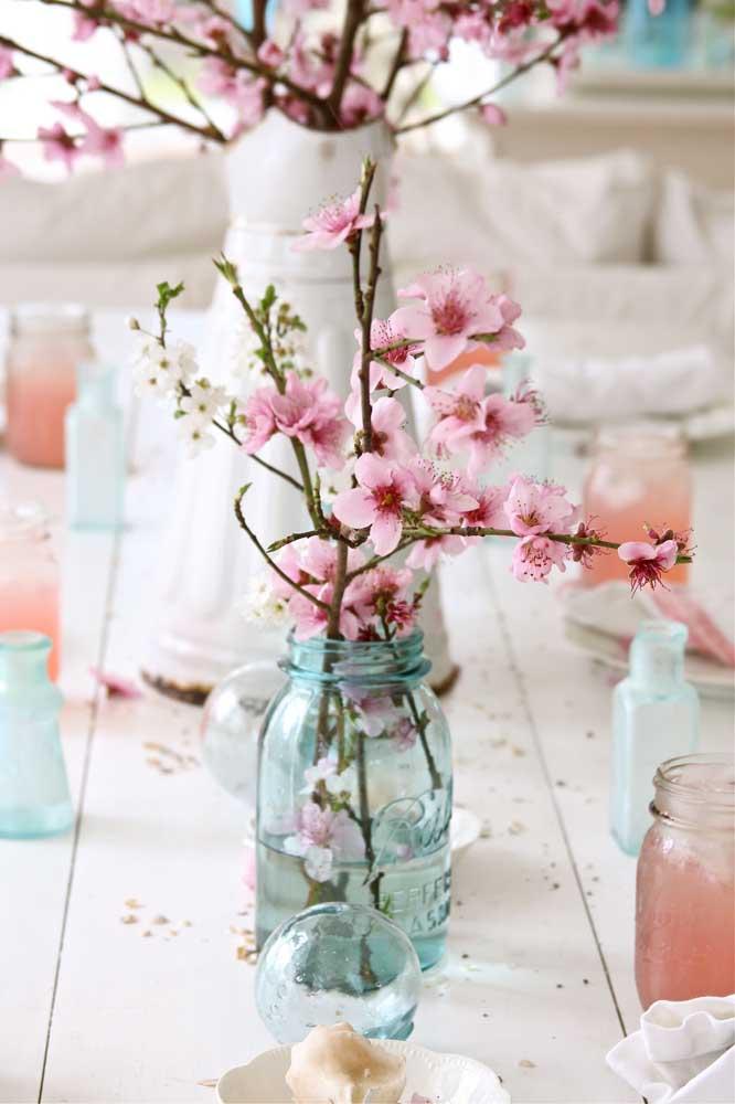 Coisa mais delicada e romântica esse pequeno arranjo com flores de cerejeira
