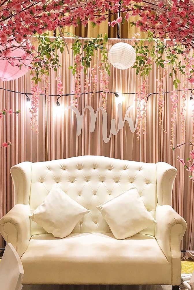O living da festa ganhou um toque todo especial com o arco de flores de cerejeira