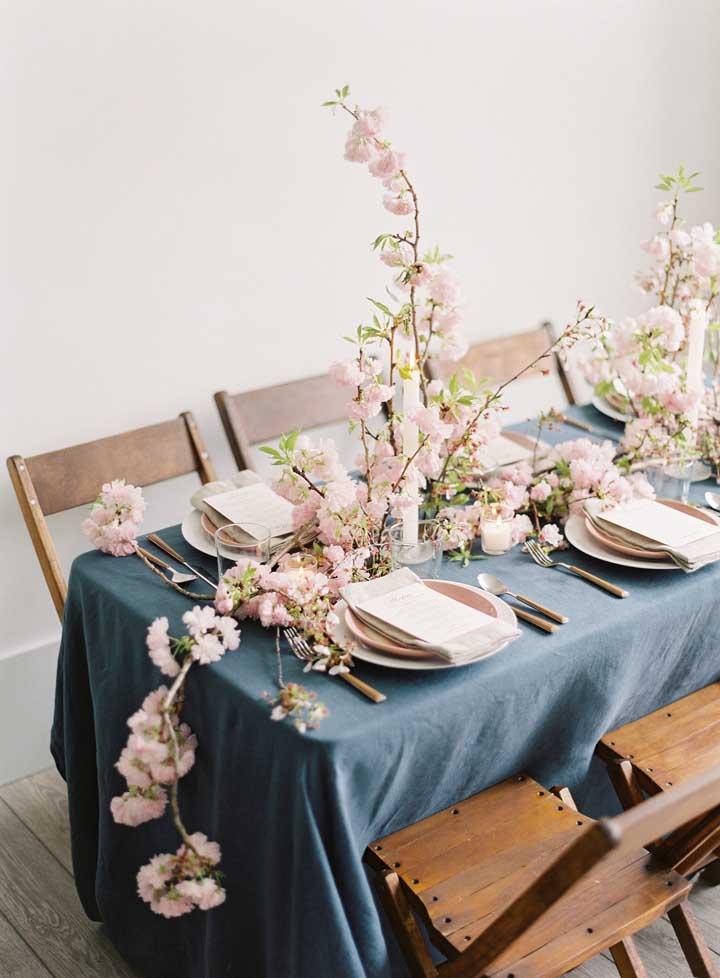 A toalha azul ajudou a destacar as flores de cerejeira na mesa