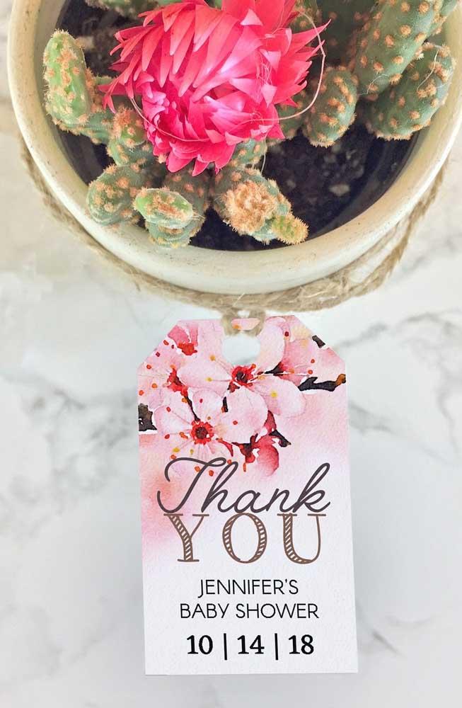 As lembrancinhas são vasinhos de cactos, mas nos agradecimentos são as flores de cerejeira que se destacam