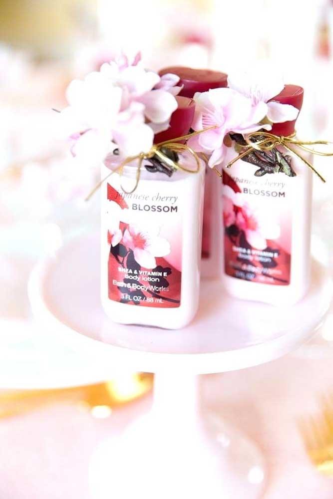 A loção hidratante que leva flores de cerejeira na fórmula também conta com as flores como detalhe do embrulho