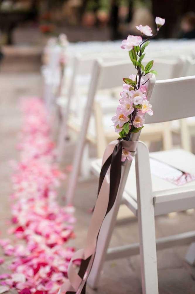 Em cada cadeira, um raminho de flores de cerejeira