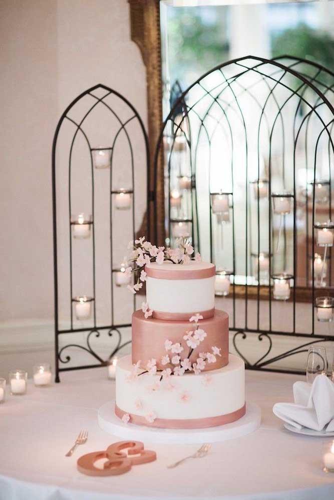 Bolo de casamento decorado com flores de cerejeira: romântico e delicado