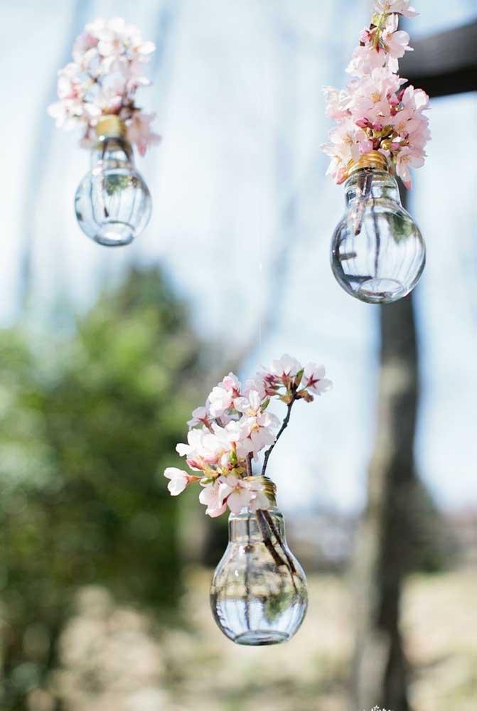 Que ideia fofa! Aqui, as lâmpadas foram reaproveitadas e se tornaram lindos vasinhos para as flores de cerejeira