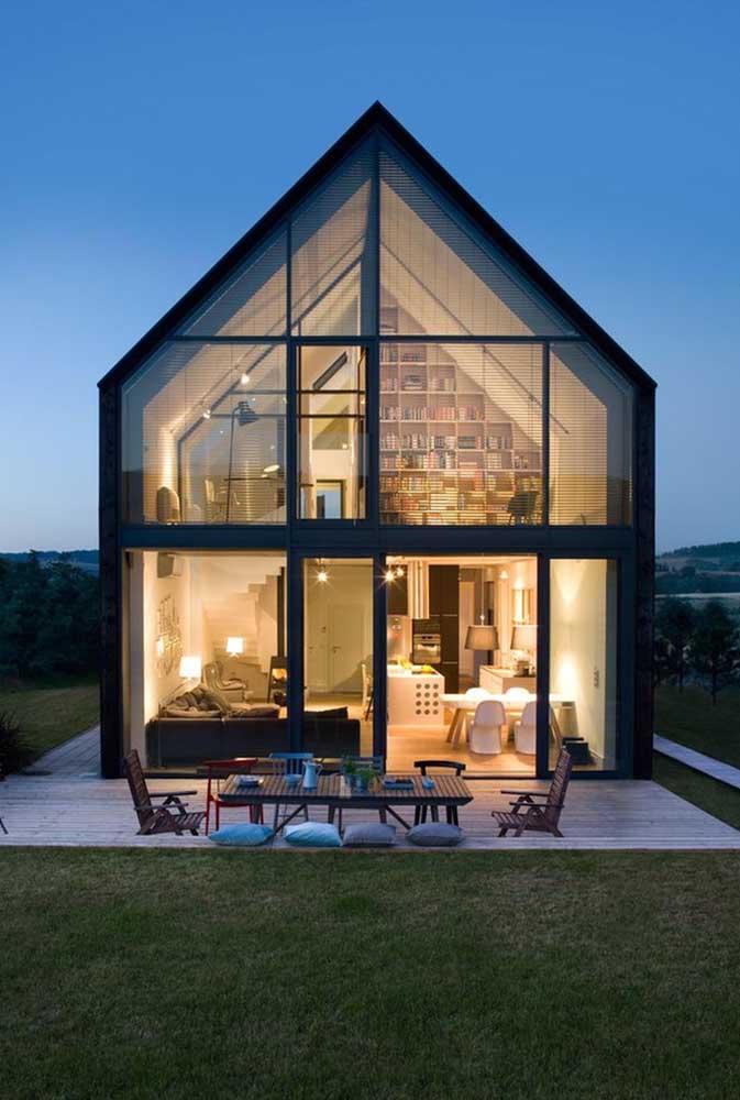Casa moderna, construída em Steel Frame, com frente em vidro. Destaque para a delicadeza das estruturas das vigas e colunas