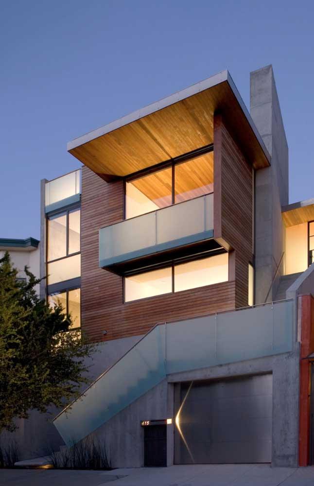 Ideia de construção moderna de três andares em Steel Frame; destaque para o acabamento em placas de cimento