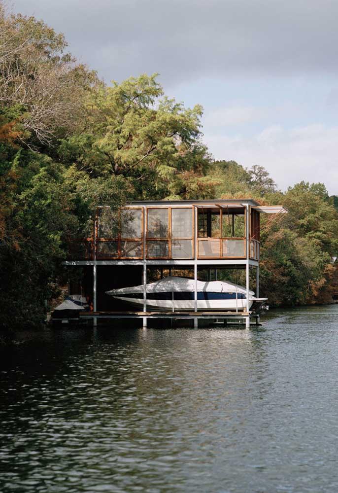 A casa no lago ficou perfeita em Steel Frame; destaque para o local de estacionamento para o barco