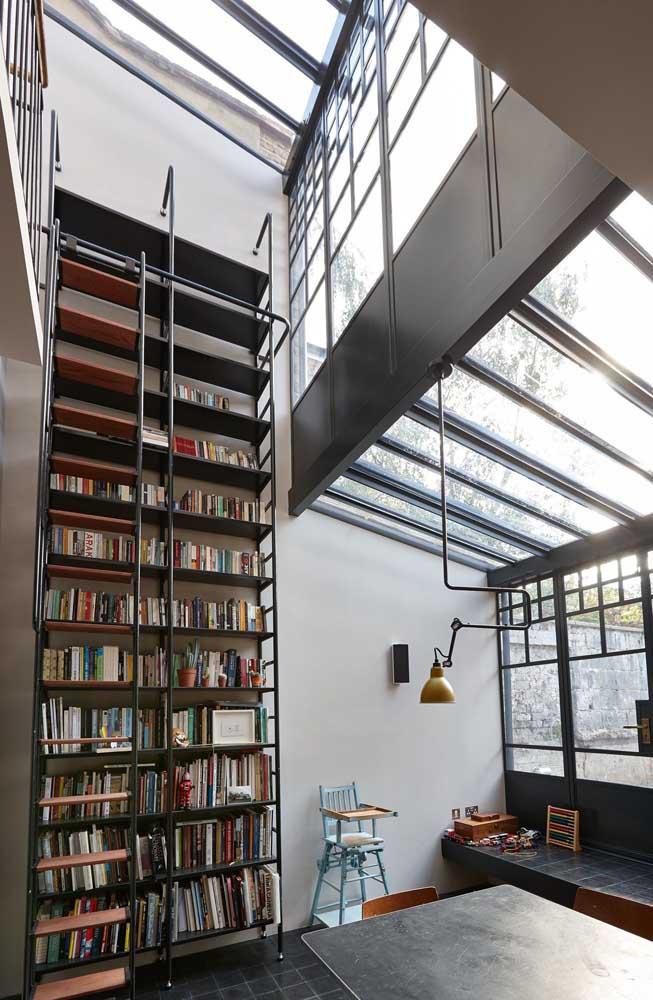 Vista interna da casa em Steel Frame com pé direito duplo e mezanino. Destaque para a clara boia que aumenta a entrada de luz natural nos ambientes