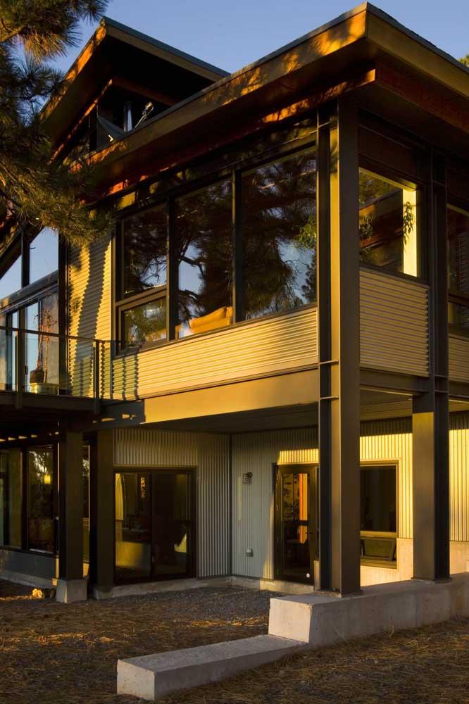 Casa em Steel Frame com acabamentos clássicos e janelas grandes de vidro