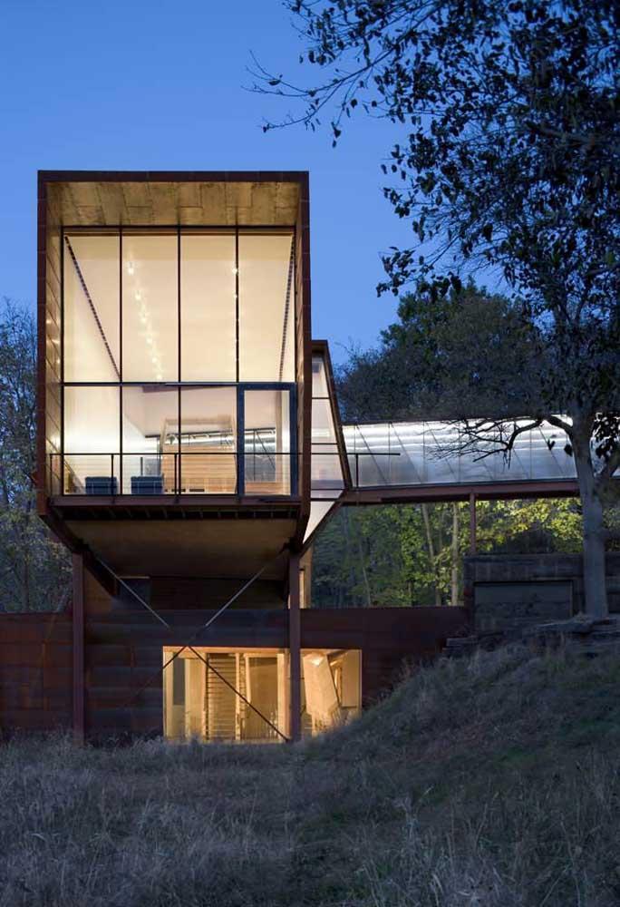 Estrutura contemporânea de residência em Steel Frame com fachada em vidro e madeira
