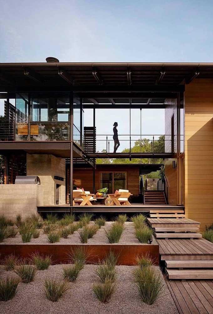 Fachada de casa contemporânea, construída em Steel Frame, com muito espaço aberto