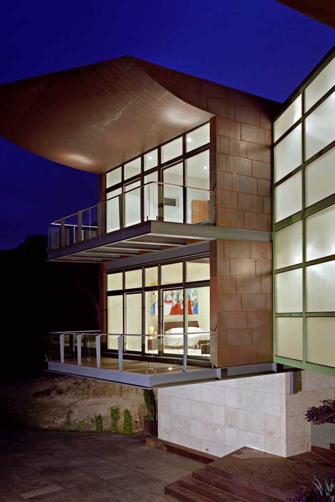 Inspiração de construção contemporânea no sistema Steel Frame, com janelas grandes em vidro e varandas cobertas