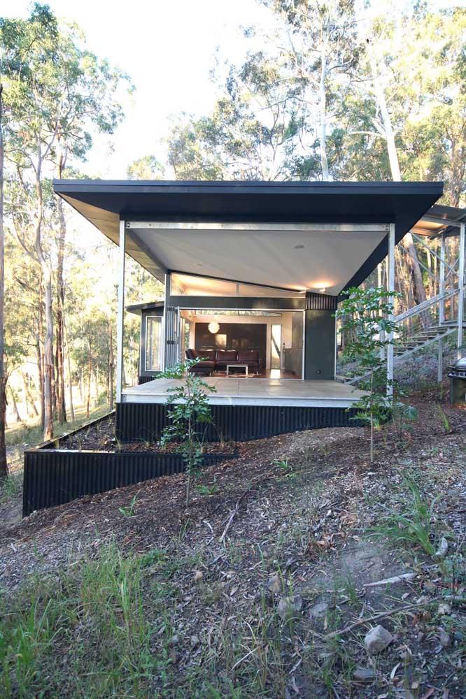 Casa de campo em Steel Frame com fachada coberta e parede de vidro