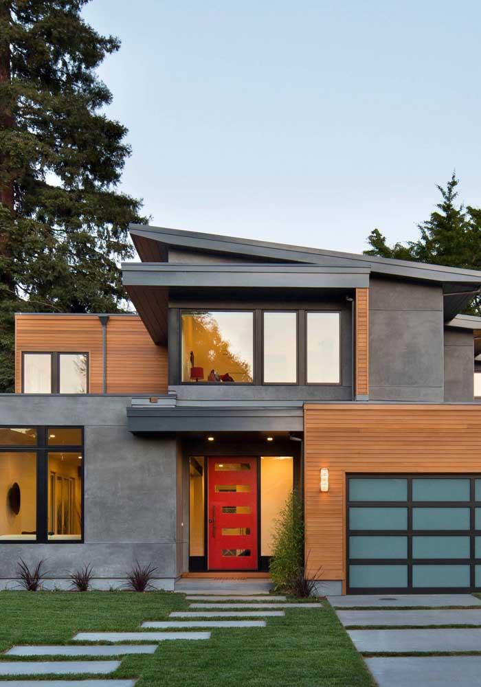 A fachada elegante da residência, com detalhes em madeira e alvenaria, ficou perfeita com estrutura em Steel Frame