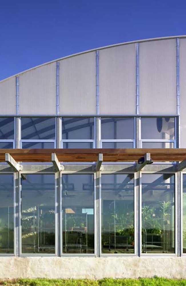 Imóvel comercial, construído em Steel Frame, com fachada em vidro e estrutura aparente