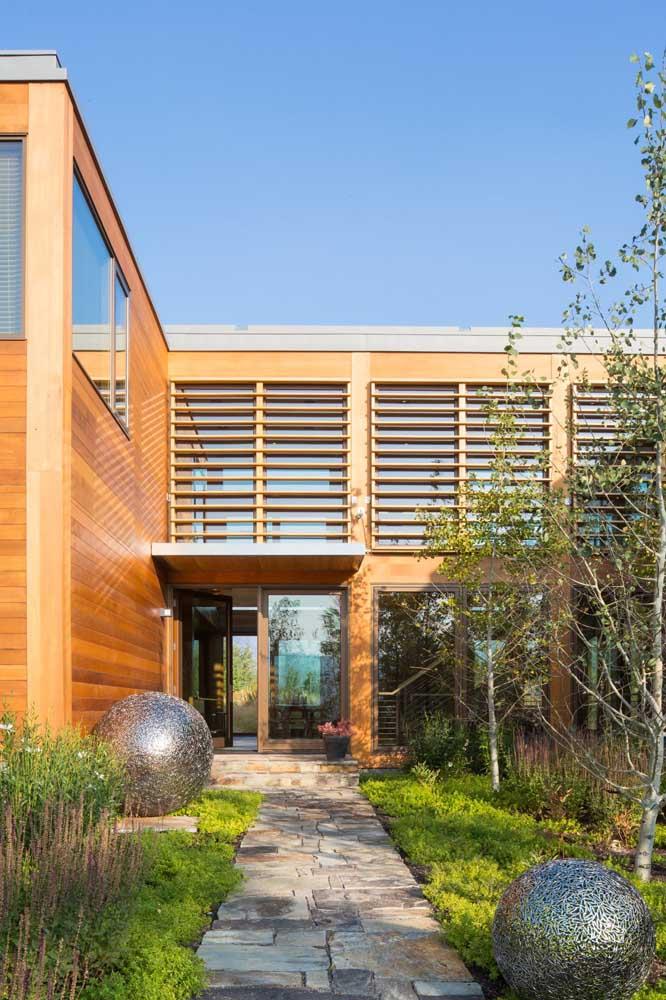 Fachada contemporânea com estrutura em Steel Frame e acabamento em madeira