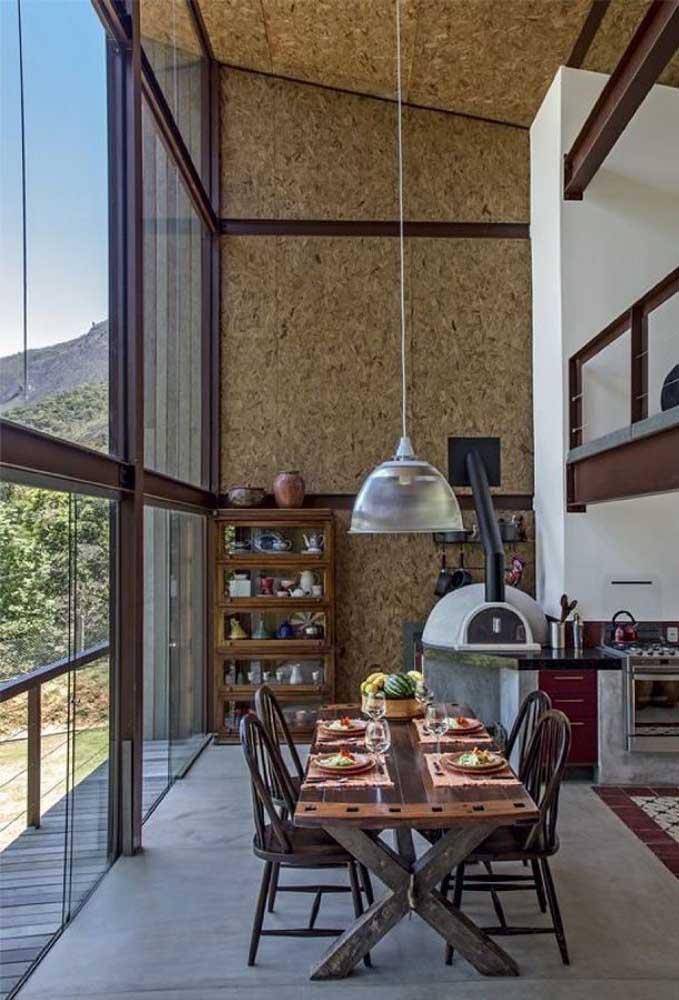 Parte interna da casa em Steel Frame com placas sem acabamento para um design rústico